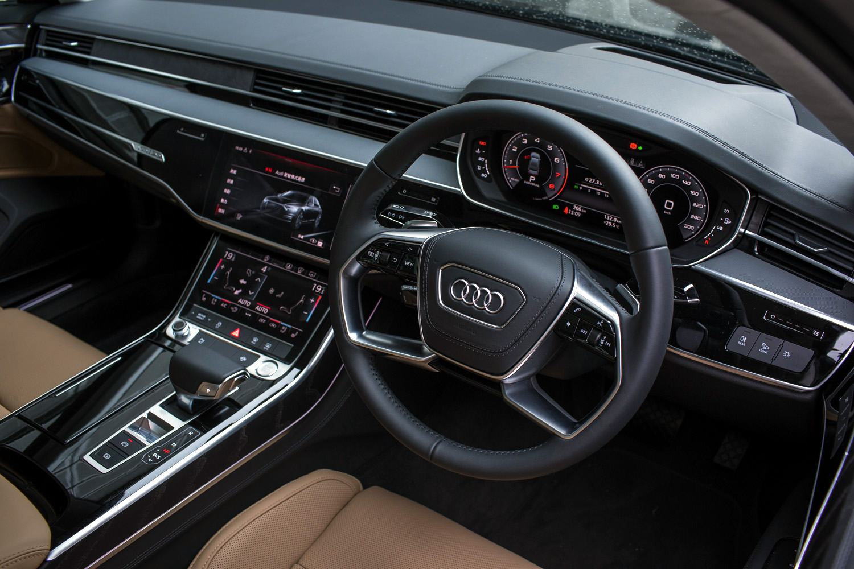 測試車輛加裝了 Prestige Package,套件包括按摩座椅、後排智能搖控器、後排Matrix LED 閱讀燈、B&O 立體音響等。